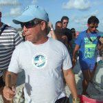 Leonardo a liberar tortuguitas marinas. Centro de Rescate de Tortugas Marinas,Cayo Largo.©Octavio Avila López